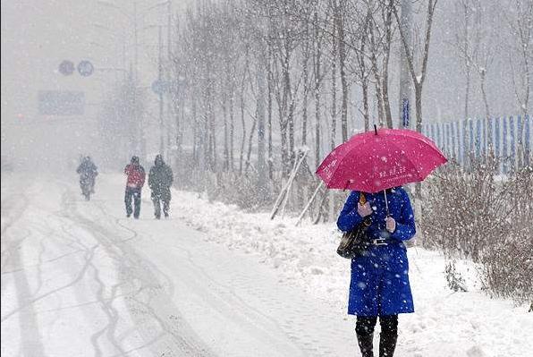 防止被侧滑的车碰到;在雾,雨,雪天,最好穿着色彩鲜艳的衣服,以便于